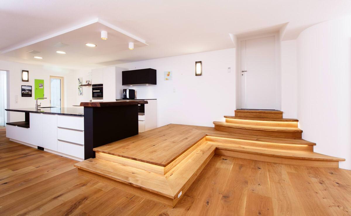 Podest mit beleuchtung steinkogler stiegen gel nder vollholzh user thoma holz100 - Podest wohnzimmer ...
